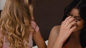 Τρία ελκυστικά όμορφα κορίτσια που μιλούν στην υπερμοντέρνα κρεβατοκάμαρα σε αργή κίνηση φιλμ μικρού μήκους