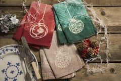 Τρία ζευγάρια του ταιριάσματος των επιτραπέζιων πετσετών χρώματος το ντεκόρ Χριστουγέννων Στοκ εικόνα με δικαίωμα ελεύθερης χρήσης