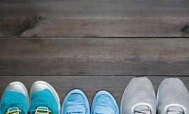 Τρία ζευγάρια των αθλητικών πάνινων παπουτσιών στοκ εικόνα