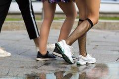 Τρία ζευγάρια των λεπτών κατάλληλων ποδιών νέων κοριτσιών στο διαφορετικό αθλητικό παπούτσι Στοκ εικόνες με δικαίωμα ελεύθερης χρήσης
