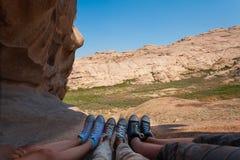 Τρία ζευγάρια των ποδιών στα πάνινα παπούτσια σε ένα υπόβαθρο των βουνών στοκ φωτογραφία με δικαίωμα ελεύθερης χρήσης