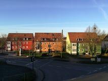 Τρία ζωηρόχρωμα διαμερίσματα που στέκονται από την άλλη πλευρά Στοκ Φωτογραφίες