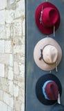 Τρία ζωηρόχρωμα καπέλα εκθέτουν έξω ένα κατάστημα Στοκ εικόνα με δικαίωμα ελεύθερης χρήσης