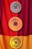 Τρία ζωηρόχρωμα κουμπιά Στοκ φωτογραφία με δικαίωμα ελεύθερης χρήσης