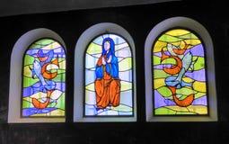 Τρία ζωηρόχρωμα λεκιασμένα παράθυρα γυαλιού στοκ εικόνες
