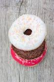 Τρία ζωηρόχρωμα donuts που αντιμετωπίζουν το ένα το άλλο Στοκ εικόνες με δικαίωμα ελεύθερης χρήσης