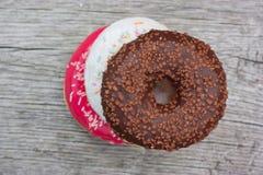 Τρία ζωηρόχρωμα donuts που αντιμετωπίζουν το ένα το άλλο Στοκ Εικόνα