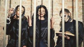 Τρία θηλυκά βαμπίρ που φοβίζουν και που φλερτάρουν στα δικτυωτά πλέγματα 4K απόθεμα βίντεο