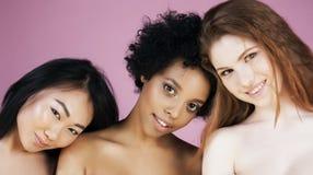Τρία διαφορετικά κορίτσια έθνους με diversuty στο δέρμα, τρίχα Ασιάτης, Σκανδιναβός, εύθυμος συναισθηματικός αφροαμερικάνων Στοκ Φωτογραφία