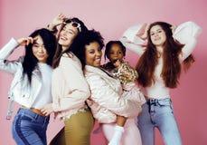 Τρία διαφορετικά κορίτσια έθνους με diversuty στο δέρμα, τρίχα Ασιάτης, Σκανδιναβός, εύθυμος συναισθηματικός αφροαμερικάνων Στοκ φωτογραφία με δικαίωμα ελεύθερης χρήσης