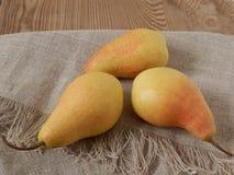 Τρία κίτρινα αχλάδια στοκ εικόνες με δικαίωμα ελεύθερης χρήσης