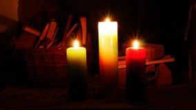Τρία καίγοντας κεριά δημιουργούν μια ρομαντική ατμόσφαιρα Στοκ εικόνες με δικαίωμα ελεύθερης χρήσης