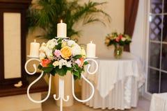 Τρία καίγοντας κεριά και μια ανθοδέσμη Διακόσμηση της αίθουσας για τη γαμήλια τελετή Στοκ Εικόνες