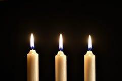 Τρία καίγοντας κεριά κεριών σε ένα μαύρο υπόβαθρο Στοκ εικόνα με δικαίωμα ελεύθερης χρήσης