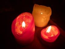Τρία καίγοντας κεριά στο σκοτάδι Στοκ Εικόνες