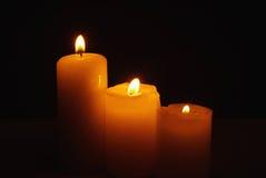 Τρία καίγοντας κεριά στο σκοτάδι Στοκ Εικόνα