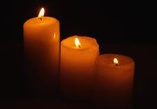 Τρία καίγοντας κεριά στο σκοτάδι Στοκ φωτογραφία με δικαίωμα ελεύθερης χρήσης
