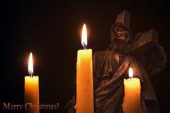 Τρία καίγοντας κεριά στο υπόβαθρο του Ιησού Εύθυμο Christma Στοκ Φωτογραφία