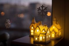 Τρία κεραμικά σπίτια λαμπτήρων τα Χριστούγεννα διακοσμούν τις φρέσκες βασικές ιδέες διακοσμήσεων στοκ φωτογραφίες