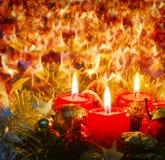 Τρία κεριά εμφάνισης με τη διακόσμηση Χριστουγέννων Στοκ Εικόνες