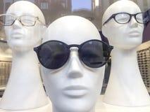 Τρία κεφάλια μανεκέν με τα γυαλιά Στοκ εικόνες με δικαίωμα ελεύθερης χρήσης