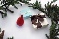 Τρία κιβώτια δώρων, διακοσμήσεις Χριστουγέννων, κομψοί κλάδοι και κώνοι πεύκων στο άσπρο υπόβαθρο Τοπ άποψη, σύνθεση διακοπών Στοκ εικόνες με δικαίωμα ελεύθερης χρήσης