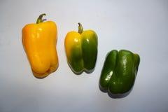 Τρία κιτρινοπράσινα πιπέρια σε ένα άσπρο υπόβαθρο στοκ φωτογραφία