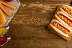 Τρία κλασικά χοτ-ντογκ με το κέτσαπ και τη μουστάρδα Στοκ Φωτογραφίες