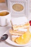 Τρία κομμάτια της πίτας λεμονιών με το φρέσκο λεμόνι και του φλυτζανιού του τσαγιού Στοκ Φωτογραφίες
