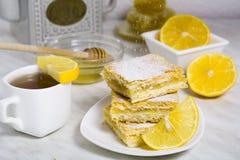 Τρία κομμάτια της πίτας λεμονιών με το φρέσκο λεμόνι και του φλυτζανιού του τσαγιού Στοκ φωτογραφία με δικαίωμα ελεύθερης χρήσης