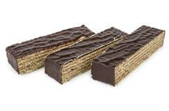 Τρία κομμάτια του κέικ βαφλών σοκολάτας που απομονώνονται στο λευκό Στοκ Εικόνες