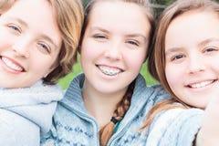 Τρία κορίτσια που παίρνουν ένα Selfie στοκ εικόνες