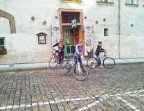 Τρία κορίτσια ποδηλατών που αφήνουν τον καφέ Maly Βούδας Στοκ Εικόνες