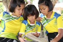 Τρία κορίτσια προσέχουν το ενδιαφέρον σε ένα τηλέφωνο στοκ φωτογραφίες με δικαίωμα ελεύθερης χρήσης