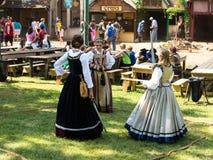 Τρία κορίτσια στα μεσαιωνικά κοστούμια Στοκ Εικόνες