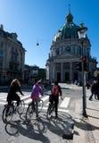 Τρία κορίτσια στα ποδήλατα Στοκ φωτογραφία με δικαίωμα ελεύθερης χρήσης