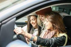 Τρία κορίτσια στο αυτοκίνητο στοκ φωτογραφία