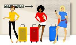 Τρία κορίτσια ταξιδιού με τη βαλίτσα στον αερολιμένα Στοκ φωτογραφία με δικαίωμα ελεύθερης χρήσης