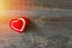Τρία κόκκινα, άσπρος, καρδιά νημάτων στο σκοτεινό ξύλινο εκλεκτής ποιότητας υπόβαθρο στοκ φωτογραφία με δικαίωμα ελεύθερης χρήσης