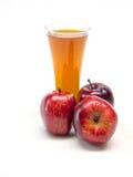 Τρία κόκκινα μήλα και γυαλί Στοκ Εικόνες