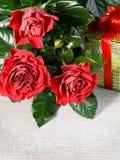 Τρία κόκκινα τριαντάφυλλα και δώρο Στοκ φωτογραφίες με δικαίωμα ελεύθερης χρήσης
