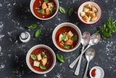 Τρία κύπελλα της σούπας gazpacho σε ένα σκοτεινό υπόβαθρο υγιής χορτοφάγος τροφίμων Στοκ Εικόνες