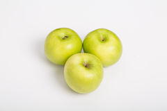 Τρία μήλα Γιαγιάδων Σμίθ στον άσπρο μετρητή Στοκ Φωτογραφία
