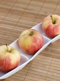 Τρία μήλα σε ένα κύπελλο 02 Στοκ φωτογραφία με δικαίωμα ελεύθερης χρήσης