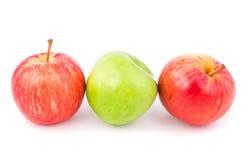 Τρία μήλα σε ένα άσπρο υπόβαθρο που απομονώνεται Στοκ φωτογραφία με δικαίωμα ελεύθερης χρήσης