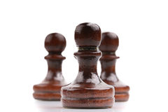 Τρία μαύρα ξύλινα κομμάτια σκακιού μόνο που απομονώνονται στο λευκό Στοκ Εικόνα