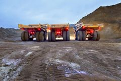Τρία μεγάλα φορτηγά περιμένουν τη φόρτωση στο λατομείο Στοκ φωτογραφία με δικαίωμα ελεύθερης χρήσης