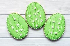 Τρία μεγάλα μπισκότα Πάσχας σε ένα γκρίζο υπόβαθρο Στοκ Φωτογραφίες