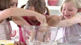 Τρία μικρά κορίτσια που κατασκευάζουν το κέικ από κοινού φιλμ μικρού μήκους