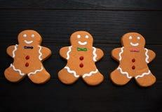 Τρία μπισκότα ατόμων μελοψωμάτων στο Μαύρο στοκ εικόνες με δικαίωμα ελεύθερης χρήσης